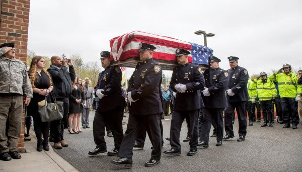 Hundreds of strangers turned up to honor a WWII Marine Raider's funeral
