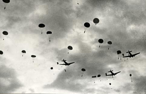 Vliegtuigen en parachutisten boven Kreta from Flickr via Wylio