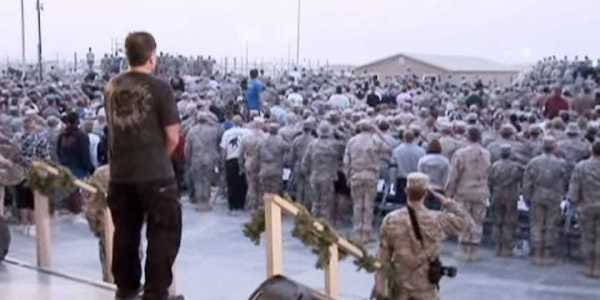 That time Robin Williams had the perfect response when troops in Kuwait interrupted his comedy show