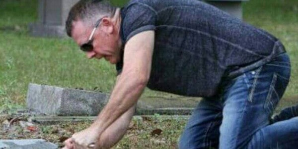 Meet 'The Good Cemeterian' Who Spends His Only Day Off Cleaning Vets' Gravestones