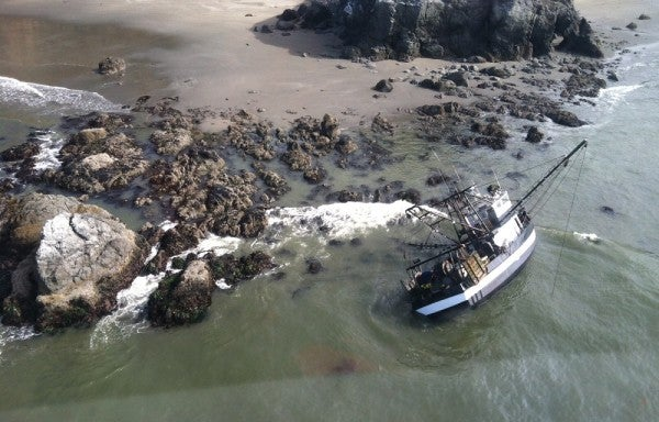 Coast Guardsman Conducts Amazing Rescue Of 4 Fishermen By Swimming Each Of Them To Shore